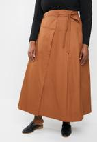 AMANDA LAIRD CHERRY - Plus size sphe wrap skirt - brown
