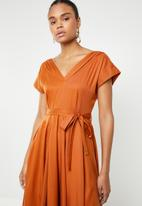 AMANDA LAIRD CHERRY - Mia V-neck knee length dress - burnt orange