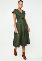 AMANDA LAIRD CHERRY - Zweli cotton sateen V-neck dress - green