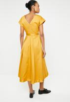 AMANDA LAIRD CHERRY - Zweli cotton sateen V-neck dress - yellow