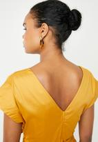 AMANDA LAIRD CHERRY - Zweli cotton sateen V-neck dress - yellow