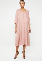 AMANDA LAIRD CHERRY - Nomalizo 3/4 sleeve midi dress - pink