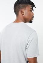 New Balance  - Contender graphic tee - grey