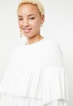 Missguided - Pleated layered smock dress - white