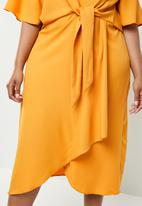 Missguided - Curve tie front knot midi dress - yellow