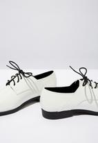 Cotton On - Faux leather brogue - white