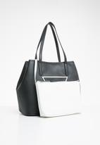 GUESS - Palmer trap tote - black & white