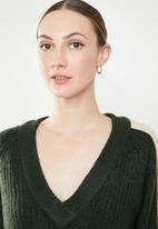 Jacqueline de Yong - Delta 7/8 V-neck pullover knit - green