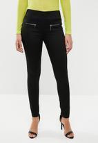 STYLE REPUBLIC - Zipper front stretch ankle grazer - black