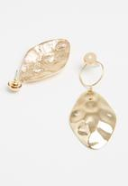 Superbalist - Hammered mismatched earrings - gold