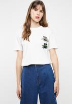 Jacqueline de Yong - Bugs short sleeve embellished top - white
