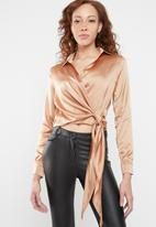 Missguided - Tie side satin blouse - beige