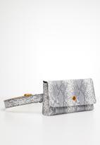 BLACKCHERRY - Kat waist bag - grey & white