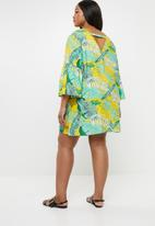STYLE REPUBLIC PLUS - Tropical tunic dress with V-neck - multi