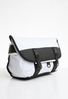 Superbalist - Contrast messenger bag - black & white