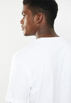 New Balance  - Essentials dark jungle tee - white
