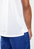 Nike - Nike element 2.0 T-shirt - white