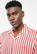 Only & Sons - Wayne short sleeve striped viscose shirt - red