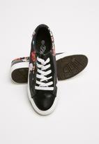 Miss Black - Faux leather floral print flatform sneaker - black