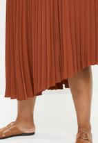 Superbalist - Asymmetrical hem pleated skirt - rust