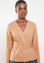 Missguided - Belted plunge blouse - beige