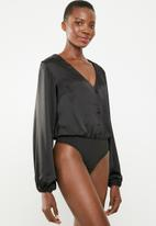 Missguided - Button front satin long sleeve bodysuit - black
