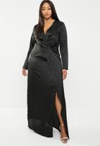 Missguided - Curve satin split maxi dress - black