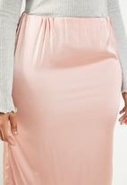 Missguided - Curve stretch satin midi skirt with split - pink