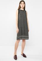 edit - Sleeveless tunic dress - black & white