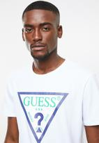 GUESS - Guess triangle rubber tee - white
