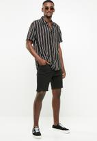 Cotton On - Skinny straight fit shorts - black