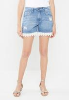 Jacqueline de Yong - Vera denim shorts with lace trim - blue
