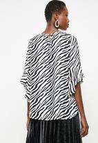 Revenge - Flutter sleeve blouse - black & white
