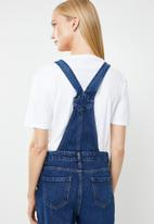 New Look - Relaxed rip knee dungaree - blue