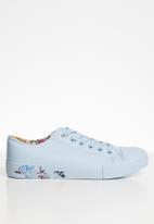 Miss Black - Faux leather floral print flatform sneaker - blue