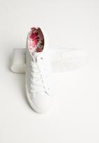 Miss Black - Faux leather floral print flatform sneaker - white