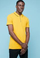 Superbalist - Pique slim fit zip golfer - yellow