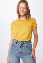 Cotton On - Classic slogan T-shirt luxe studio - yellow