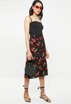Missguided - Floral button front midi skirt - black & red