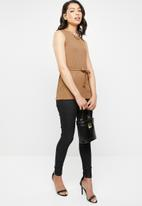 Missguided - Round neck ribbed tie waist top - brown