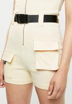 Missguided - Sleeveless cargo playsuit - beige