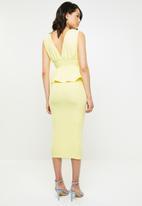 Missguided - Sleeveless deep plunge peplum midi dress - yellow