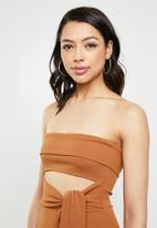 Missguided - Cut out belted bandeau midi dress - brown