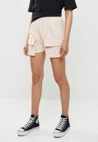 Missguided - Cargo pocket longline shorts - beige