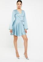 Missguided - Satin wrap flared sleeve mini dress - blue