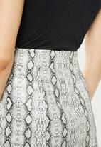 Missguided - Snake pephem mini skirt - black & white