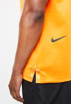 Nike - Nsw tech pack short sleeve top - orange