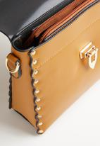 STYLE REPUBLIC - Stud detail slingbag - tan