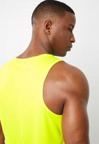 Asics - Silver singlet vest - yellow