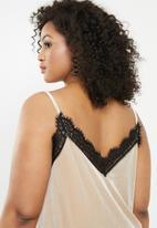 Missguided - Curve velvet lace cami top - beige & black